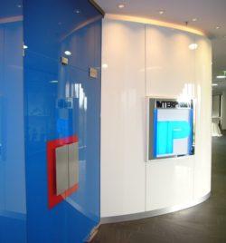 Eingang mit Firmenlogo